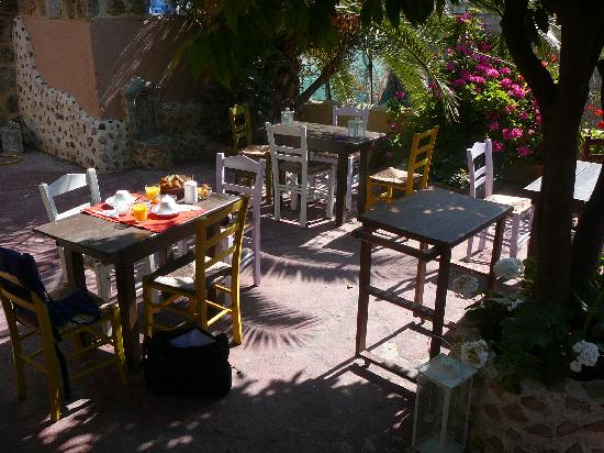 Hotel Attiki : Roof terrace where the breakfast was served