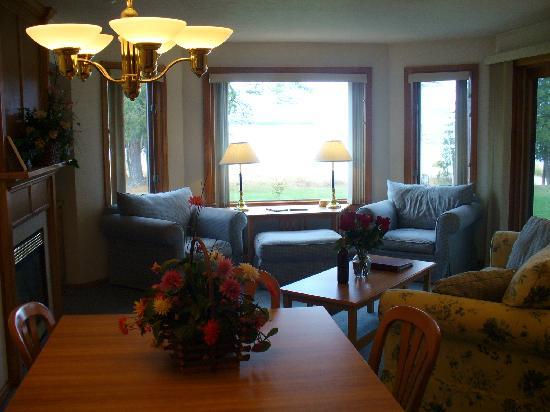 Glidden Lodge Beach Resort: Living Room/Dining Room
