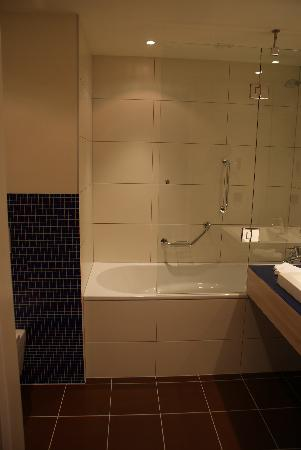 Park Inn by Radisson Krakow: Bathroom Shot