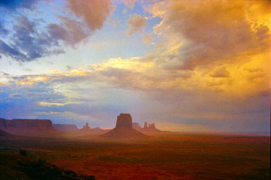 Monument Valley Navajo Park: Sunrise at Monument Valley