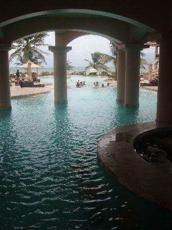 Coco Beach Resort: Swum up bar