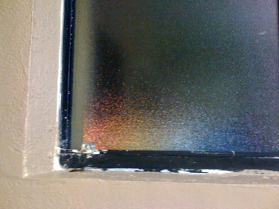 University Inn & Suites Tallahassee: Bathroom window... more shoddy renovation and construction.