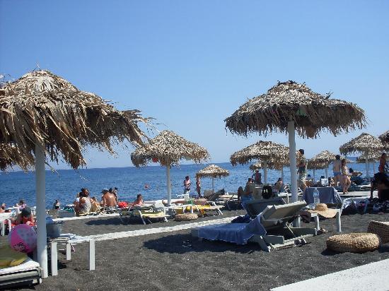 Evgenia Villas & Suites: Black sand beach at Perivolos