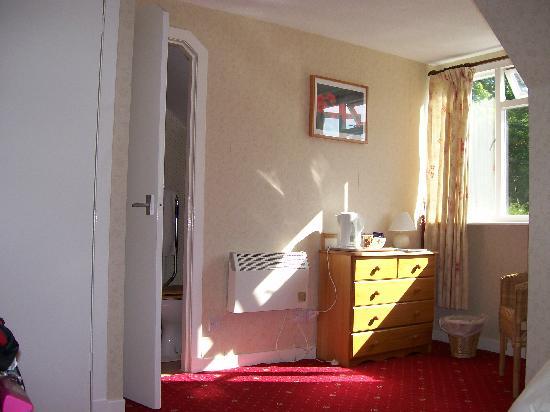 Coire Glas Guest House: sitting area & door to en-suite shower room
