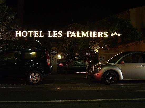 Hotel Les Palmiers : Hotel entrance at night