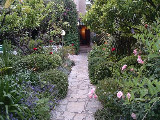 Hotel Les Palmiers: Entrance to hotel through the garden