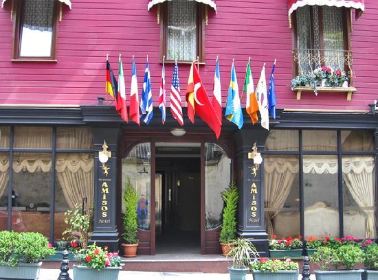 Amisos Hotel: Front entrance.