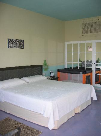 Hotel Dos Mares: Large bedroom with the uncomfortable bed