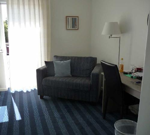 Hotel Skibssmedien Skagen: Hotel room, desk & sofa