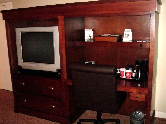The Four Points by Sheraton Norwood Hotel & Conference Center: TV and Desk