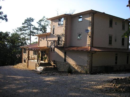 Lago Vista Bed and Breakfast: A view from the front