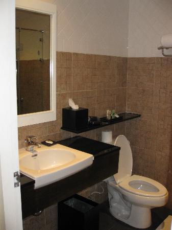 Novotel Phuket Surin Beach Resort.: The bathroom - shower is on the opposite side