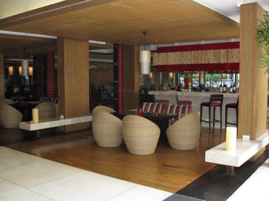 Novotel Phuket Surin Beach Resort.: cafe momo restaurant