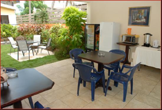 Palm's Hotel Trinidad: Inner yard