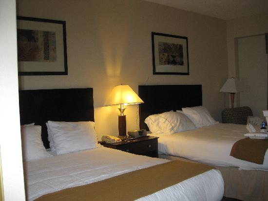 Holiday Inn Express Tower Center New Brunswick: 2 queen bedroom Room 230