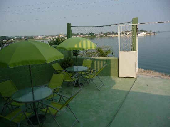 Hotel Mayab: Lake view patio