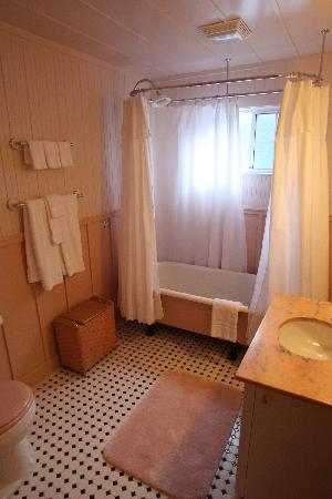 The Cottages at La Honda Park: Cottage bathroom