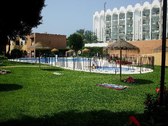 Rio Marinas Apartamentos: está junto al Hotel Marinas de Nerja, en el fondo