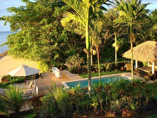 Taveuni Palms Resort: Lower villa pool, lounge areas and beach