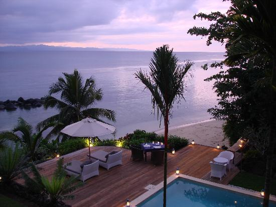 Taveuni Palms Resort: Candlelight dinner at sunset on lower villa pool deck