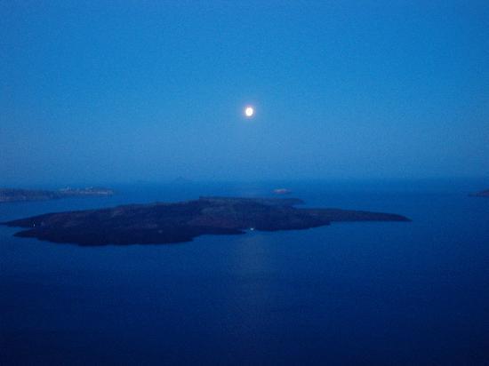 Ira Hotel & Spa: moonlight over the caldera