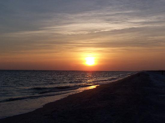 Periwinkle Cottages of Sanibel: sunset on beach
