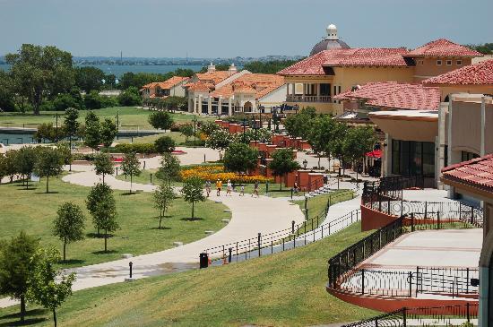 Hilton Dallas / Rockwall Lakefront: View towards shops and restaurants