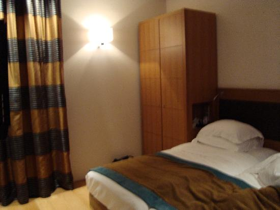 Hotel Le Six: Large Bedroom