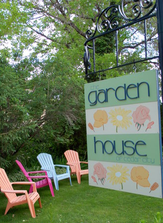 Garden House of Cedar City: Outside sign at the street