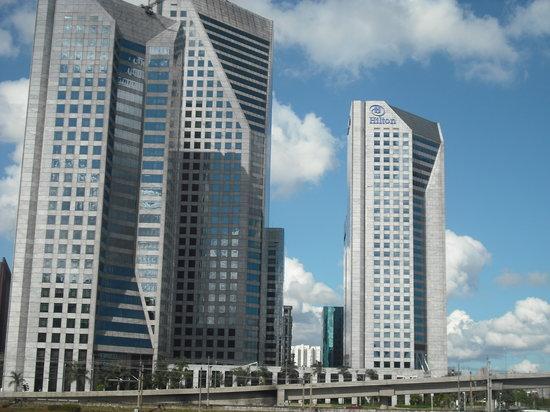 Hilton Sao Paulo Morumbi: HOTEL HILTON MORUMBI-sp uns dos mais bonitos prédios de SP, tirei esta foto em homenagem a nossa