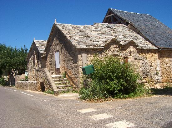 Manoir de Montesquiou: La Malene where the roof of your home is made of rocks...