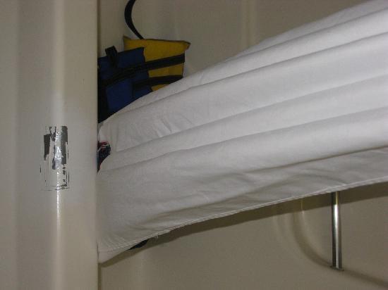 Quality Inn & Suites Rainwater Park: Duct Tape on bath tub