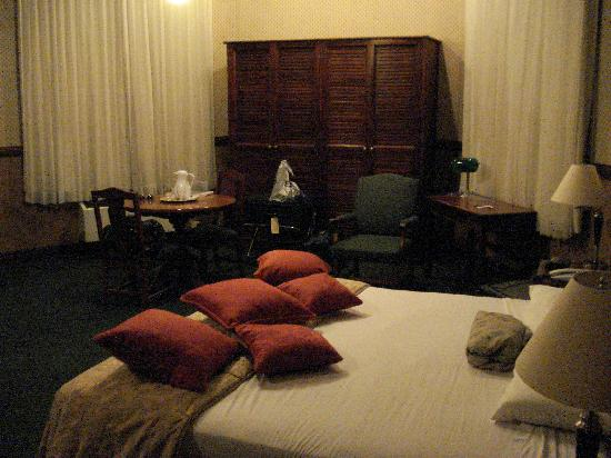 Hotel Britannia: Room shot towards the street side.