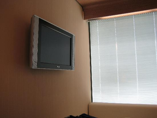 citizenM Schiphol Airport: Bed and LCD TV