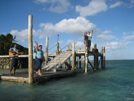 Toberua Island Resort: Mine Hosts fairwelling guests