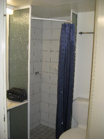 Value Inn Darwin : The bathroom.