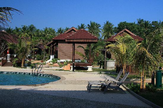Ulek Beach Resort : Pool and chalets