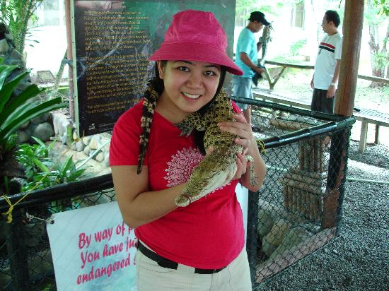 Hibiscus Garden Inn: Sam and her new pet at the Crocodile Farm