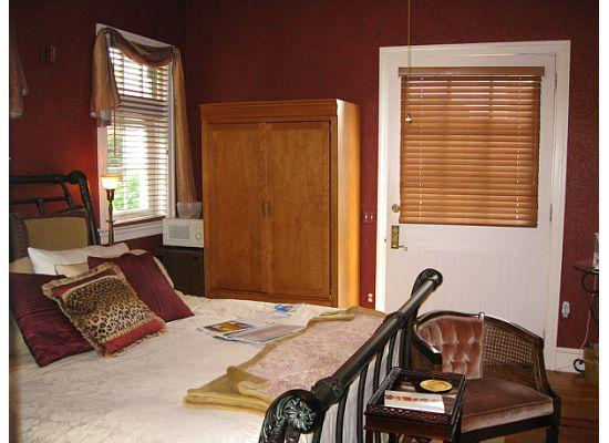 King's Cottage Bed & Breakfast: View of the inside of the Carriage House room