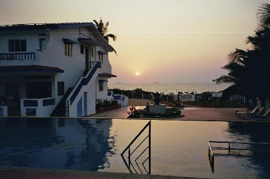 Empire Beach Resort Hotel: Sun set over the pool