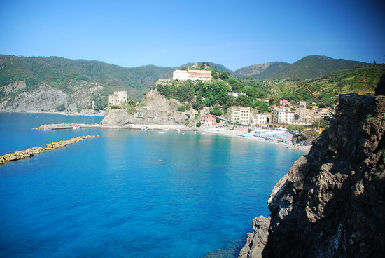Vernazza, Italy: The beach in Monterosso from the trail