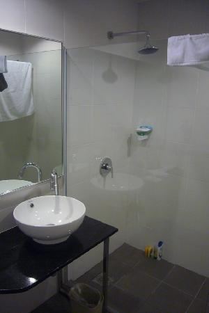 The LimeTree Hotel: Clean Modern Bathroom