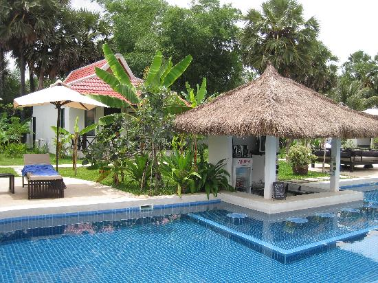 Sojourn Boutique Villas: pool bar