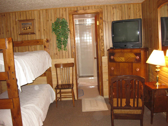 ‪‪Rustic Wagon RV Campground & Cabins‬: BunkBeds in the Main Room‬