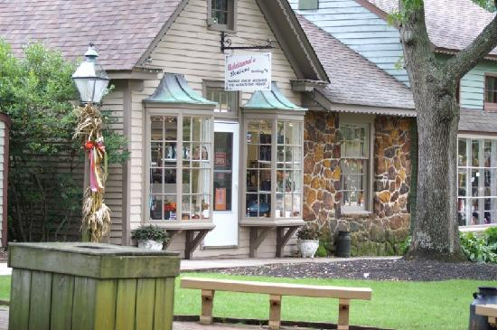 The Historic Smithville Inn: Shoppe seen right from the Inn