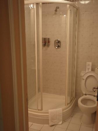 Comfort Inn Kings Cross: Bagno con doccia decente