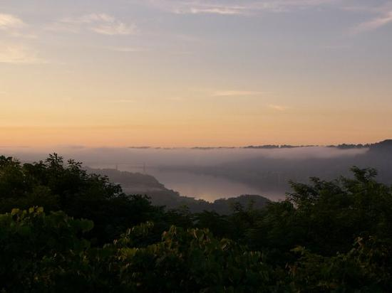 Clifty Inn: foggy morning view of madison and the river