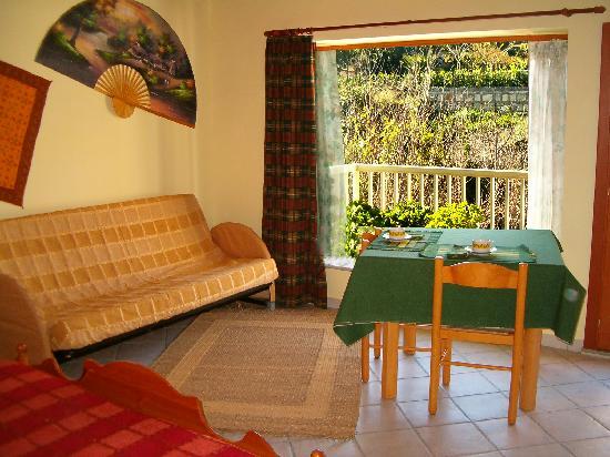 B&B Azalai: l'interno della camera con finestra sul giardino