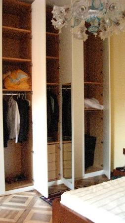 Residence Ca' Foscolo: rangement dans la chambre
