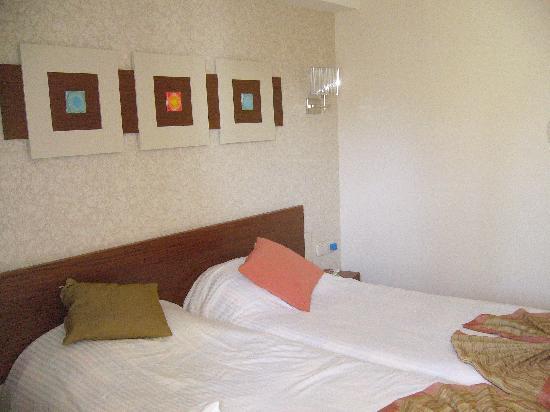 Side Star Beach Hotel: Bedroom (not very big)